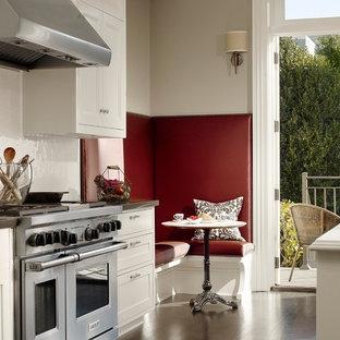 Cette photo montre une cuisine tendance avec un électroménager en acier inoxydable.