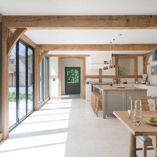 ウエストミッドランズのおしゃれなキッチン (エプロンフロントシンク、シェーカースタイル扉のキャビネット、グレーのキャビネット、木材カウンター、白いキッチンパネル、ベージュの床、茶色いキッチンカウンター) の写真
