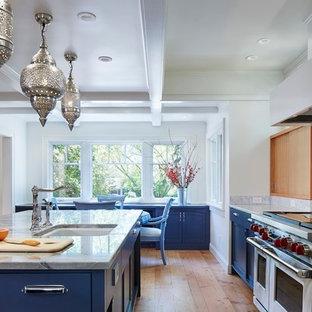 Exempel på ett stort eklektiskt kök, med en undermonterad diskho, släta luckor, blå skåp, marmorbänkskiva, vitt stänkskydd, stänkskydd i sten, rostfria vitvaror, ljust trägolv och en köksö