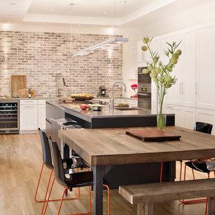 アトランタの大きいコンテンポラリースタイルのおしゃれなキッチン (シェーカースタイル扉のキャビネット、シングルシンク、白いキャビネット、シルバーの調理設備の、淡色無垢フローリング、クオーツストーンカウンター、マルチカラーのキッチンパネル、レンガのキッチンパネル、ベージュの床、グレーのキッチンカウンター) の写真