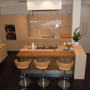 Inspiration för stora kök, med en dubbel diskho, luckor med glaspanel, beige skåp, bänkskiva i kvartsit, beige stänkskydd, glaspanel som stänkskydd, rostfria vitvaror, målat trägolv och en köksö