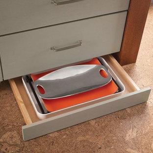 Idéer för avskilda, mellanstora vintage parallellkök, med en undermonterad diskho, släta luckor, skåp i mellenmörkt trä, laminatbänkskiva, vitt stänkskydd, stänkskydd i keramik, rostfria vitvaror, korkgolv och en köksö