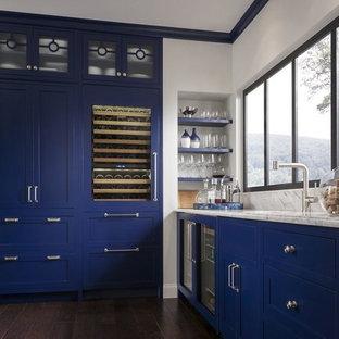 Idéer för ett avskilt, stort shabby chic-inspirerat u-kök, med en undermonterad diskho, luckor med infälld panel, vita skåp, bänkskiva i kvartsit, vitt stänkskydd, stänkskydd i keramik, rostfria vitvaror, mörkt trägolv och flera köksöar