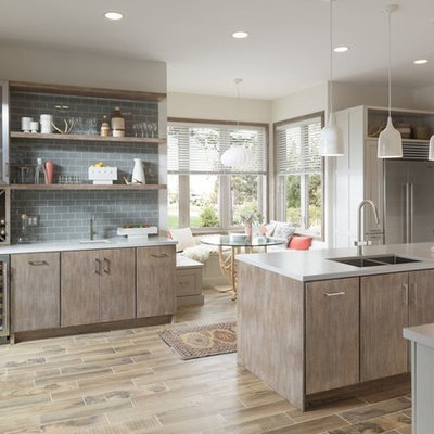 Example of a mid-sized minimalist l-shaped light wood floor eat-in kitchen design in New Orleans with an undermount sink, shaker cabinets, white cabinets, quartz countertops, gray backsplash, porcelain backsplash, stainless steel appliances and an island