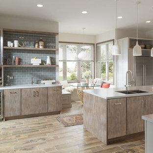Immagine di una cucina a L minimalista chiusa e di medie dimensioni con lavello sottopiano, ante in stile shaker, ante bianche, top in quarzo composito, paraspruzzi grigio, paraspruzzi in gres porcellanato, elettrodomestici in acciaio inossidabile, parquet chiaro e isola