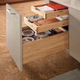 Exempel på ett avskilt, mellanstort modernt parallellkök, med en undermonterad diskho, släta luckor, skåp i mellenmörkt trä, laminatbänkskiva, vitt stänkskydd, stänkskydd i keramik, rostfria vitvaror, korkgolv och en köksö