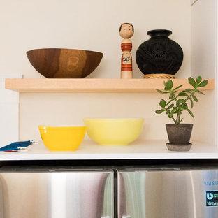 ボストンの小さいエクレクティックスタイルのおしゃれなキッチン (アンダーカウンターシンク、フラットパネル扉のキャビネット、白いキャビネット、クオーツストーンカウンター、白いキッチンパネル、セラミックタイルのキッチンパネル、シルバーの調理設備の、淡色無垢フローリング、アイランドなし、ベージュの床、グレーのキッチンカウンター) の写真