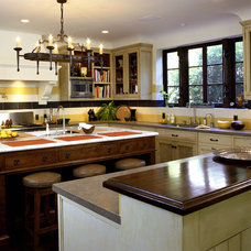 Rustic Kitchen by Tommy Chambers Interiors, Inc.