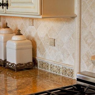Zweizeilige, Große Mediterrane Wohnküche mit Landhausspüle, weißen Schränken, Granit-Arbeitsplatte, Küchengeräten aus Edelstahl, dunklem Holzboden, Kücheninsel, profilierten Schrankfronten, Küchenrückwand in Beige, Rückwand aus Steinfliesen, braunem Boden und gelber Arbeitsplatte in Orange County