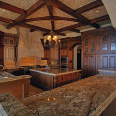 mediterranean kitchen by Fratantoni Luxury Estates