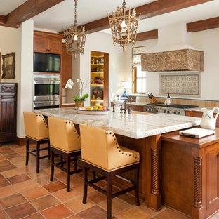 Idéer för stora medelhavsstil kök, med skåp i shakerstil, skåp i mellenmörkt trä, flerfärgad stänkskydd, rostfria vitvaror, en undermonterad diskho, bänkskiva i kvarts, stänkskydd i cementkakel, klinkergolv i terrakotta, en köksö och brunt golv