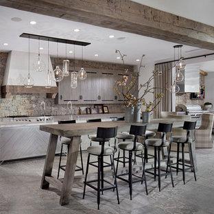 Inspiration för mycket stora medelhavsstil kök med öppen planlösning, med en köksö