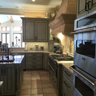 Exempel på ett mycket stort medelhavsstil kök, med en rustik diskho, luckor med upphöjd panel, blå skåp, bänkskiva i kvartsit, beige stänkskydd, stänkskydd i mosaik, rostfria vitvaror, klinkergolv i keramik och en köksö