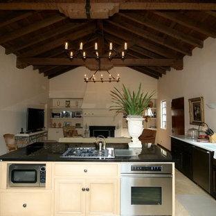 Ejemplo de cocina rural con fregadero sobremueble y electrodomésticos de acero inoxidable