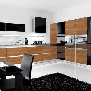 サンディエゴの中サイズのモダンスタイルのおしゃれなキッチン (ダブルシンク、フラットパネル扉のキャビネット、中間色木目調キャビネット、ステンレスカウンター、白いキッチンパネル、セラミックタイルのキッチンパネル、シルバーの調理設備の、セラミックタイルの床、アイランドなし) の写真
