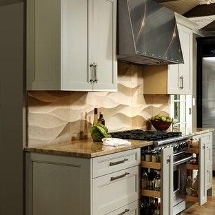 Große, Offene Klassische Küche in L-Form mit Unterbauwaschbecken, Schrankfronten mit vertiefter Füllung, weißen Schränken, Granit-Arbeitsplatte, Küchenrückwand in Beige, Küchengeräten aus Edelstahl, braunem Holzboden, Kücheninsel und Kalk-Rückwand in Washington, D.C.