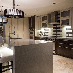 На фото: огромная прямая кухня-гостиная в стиле модернизм с плоскими фасадами, бежевыми фасадами, столешницей терраццо, бежевым фартуком, зеркальным фартуком, островом, врезной раковиной, техникой из нержавеющей стали и полом из травертина с