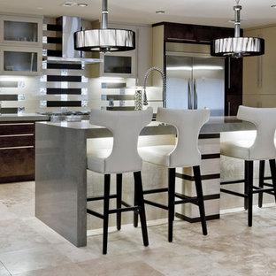 Пример оригинального дизайна: огромная линейная кухня-гостиная в стиле модернизм с плоскими фасадами, бежевыми фасадами, столешницей терраццо, бежевым фартуком, фартуком из зеркальной плитки, островом, врезной раковиной, техникой из нержавеющей стали и полом из травертина