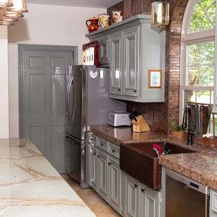 ヒューストンの大きいカントリー風おしゃれなキッチン (エプロンフロントシンク、インセット扉のキャビネット、緑のキャビネット、珪岩カウンター、茶色いキッチンパネル、メタルタイルのキッチンパネル、シルバーの調理設備の、磁器タイルの床、ベージュの床、緑のキッチンカウンター) の写真