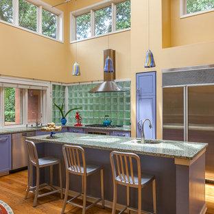 サンフランシスコの中くらいのエクレクティックスタイルのおしゃれなキッチン (アンダーカウンターシンク、フラットパネル扉のキャビネット、青いキャビネット、テラゾーカウンター、ガラスタイルのキッチンパネル、シルバーの調理設備、無垢フローリング) の写真