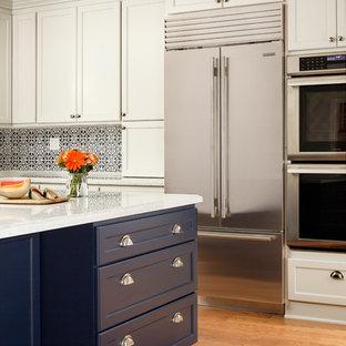 サンフランシスコの中サイズのトランジショナルスタイルのおしゃれなキッチン (エプロンフロントシンク、落し込みパネル扉のキャビネット、白いキャビネット、珪岩カウンター、青いキッチンパネル、セラミックタイルのキッチンパネル、シルバーの調理設備の、淡色無垢フローリング、赤い床、白いキッチンカウンター) の写真
