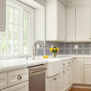 サンフランシスコの中サイズのトランジショナルスタイルのおしゃれなキッチン (エプロンフロントシンク、落し込みパネル扉のキャビネット、白いキャビネット、珪岩カウンター、青いキッチンパネル、セラミックタイルのキッチンパネル、シルバーの調理設備、淡色無垢フローリング、赤い床、白いキッチンカウンター) の写真