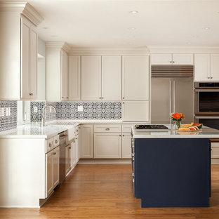 サンフランシスコの中くらいのトランジショナルスタイルのおしゃれなキッチン (エプロンフロントシンク、落し込みパネル扉のキャビネット、白いキャビネット、珪岩カウンター、青いキッチンパネル、セラミックタイルのキッチンパネル、シルバーの調理設備、淡色無垢フローリング、赤い床、白いキッチンカウンター) の写真