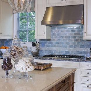 Ejemplo de cocina clásica con electrodomésticos de acero inoxidable, encimera de cuarzo compacto y salpicadero azul