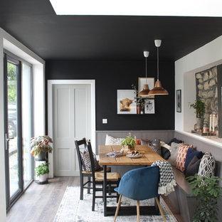 Modern inredning av ett mellanstort kök, med en rustik diskho, släta luckor, grå skåp, laminatbänkskiva, flerfärgad stänkskydd, stänkskydd i terrakottakakel, rostfria vitvaror, laminatgolv och en köksö