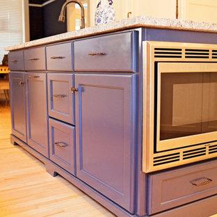 Mediterrane Küche mit Unterbauwaschbecken, flächenbündigen Schrankfronten, beigen Schränken, Granit-Arbeitsplatte, zwei Kücheninseln und beiger Arbeitsplatte in Sonstige