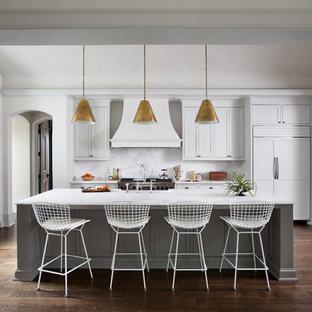 Неиссякаемый источник вдохновения для домашнего уюта: кухня в стиле современная классика с фасадами в стиле шейкер, белыми фасадами, белым фартуком, техникой под мебельный фасад, темным паркетным полом и островом