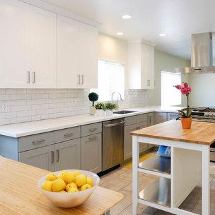 ロサンゼルスの大きいコンテンポラリースタイルのおしゃれなキッチン (ドロップインシンク、シェーカースタイル扉のキャビネット、白いキャビネット、クオーツストーンカウンター、白いキッチンパネル、セラミックタイルのキッチンパネル、シルバーの調理設備の、セラミックタイルの床、ピンクの床、白いキッチンカウンター) の写真
