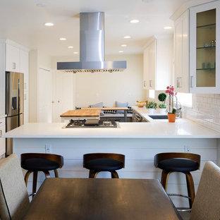Große Moderne Wohnküche in L-Form mit Einbauwaschbecken, Schrankfronten im Shaker-Stil, weißen Schränken, Quarzwerkstein-Arbeitsplatte, Küchenrückwand in Weiß, Rückwand aus Keramikfliesen, Küchengeräten aus Edelstahl, Keramikboden, Kücheninsel, rosa Boden und weißer Arbeitsplatte in Los Angeles