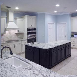 Große Moderne Küche in L-Form mit Unterbauwaschbecken, profilierten Schrankfronten, weißen Schränken, Granit-Arbeitsplatte, Küchenrückwand in Beige, Rückwand aus Terrakottafliesen, Küchengeräten aus Edelstahl, Keramikboden und zwei Kücheninseln in Orlando