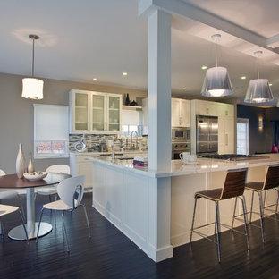 Inspiration för stora moderna kök och matrum, med rostfria vitvaror, vita skåp, flerfärgad stänkskydd, stänkskydd i stickkakel, mörkt trägolv och en köksö