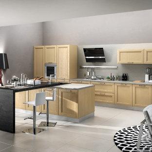 サンディエゴの中サイズのモダンスタイルのおしゃれなキッチン (ダブルシンク、フラットパネル扉のキャビネット、淡色木目調キャビネット、人工大理石カウンター、ベージュキッチンパネル、セラミックタイルのキッチンパネル、パネルと同色の調理設備、セラミックタイルの床) の写真