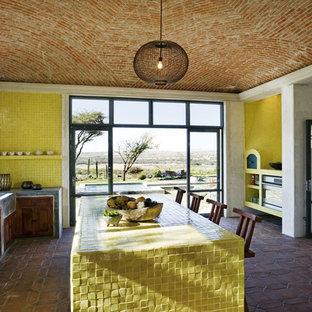 ニューヨークのサンタフェスタイルのおしゃれなキッチン (黄色いキッチンカウンター) の写真