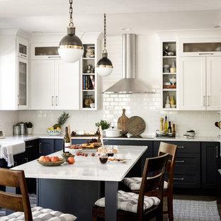 デンバーのトランジショナルスタイルのおしゃれなキッチン (エプロンフロントシンク、シェーカースタイル扉のキャビネット、青いキャビネット、白いキッチンパネル、サブウェイタイルのキッチンパネル、シルバーの調理設備の) の写真
