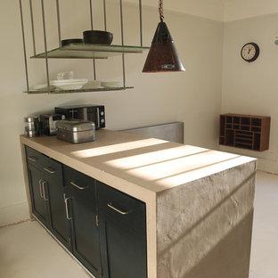 Immagine di una cucina abitabile industriale con 2 o più isole