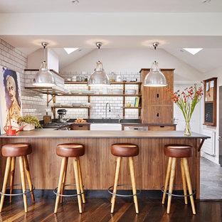 Foto di una cucina ad U minimalista chiusa con lavello stile country, nessun'anta, ante in legno scuro, paraspruzzi bianco, paraspruzzi con piastrelle diamantate, elettrodomestici in acciaio inossidabile e penisola