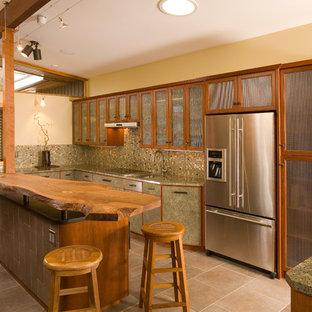 Idéer för ett stort asiatiskt kök, med stänkskydd i mosaik, rostfria vitvaror, en köksö, en undermonterad diskho, luckor med glaspanel, skåp i mellenmörkt trä, granitbänkskiva, flerfärgad stänkskydd, klinkergolv i porslin och beiget golv