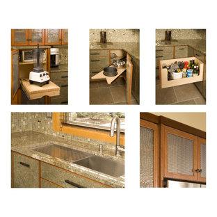 シアトルの広いアジアンスタイルのおしゃれなキッチン (アンダーカウンターシンク、フラットパネル扉のキャビネット、グレーのキャビネット、グレーのキッチンパネル、モザイクタイルのキッチンパネル、シルバーの調理設備、トラバーチンの床) の写真