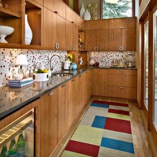 Выдающиеся фото от архитекторов и дизайнеров интерьера: отдельная кухня в стиле ретро с фартуком из плитки мозаики, разноцветным фартуком, плоскими фасадами и фасадами цвета дерева среднего тона