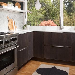 シアトルの小さいミッドセンチュリースタイルのおしゃれなキッチン (アンダーカウンターシンク、フラットパネル扉のキャビネット、濃色木目調キャビネット、大理石カウンター、グレーのキッチンパネル、モザイクタイルのキッチンパネル、シルバーの調理設備、無垢フローリング、アイランドなし、黄色い床) の写真