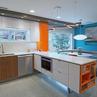 Diseño de cocina comedor en L, vintage, de tamaño medio, con fregadero bajoencimera, armarios con paneles lisos, puertas de armario blancas, encimera de cuarcita, salpicadero blanco, electrodomésticos blancos, suelo de terrazo, una isla, suelo gris y encimeras blancas