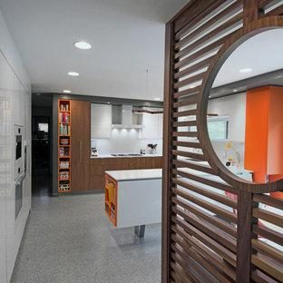 シャーロットの中サイズのミッドセンチュリースタイルのおしゃれなキッチン (アンダーカウンターシンク、フラットパネル扉のキャビネット、白いキャビネット、珪岩カウンター、白いキッチンパネル、白い調理設備、テラゾの床、グレーの床、白いキッチンカウンター) の写真