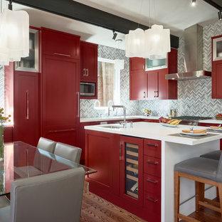 Foto de cocina comedor en L, contemporánea, con fregadero bajoencimera, armarios estilo shaker, puertas de armario rojas, electrodomésticos con paneles, suelo de madera oscura, una isla, suelo marrón y encimeras blancas