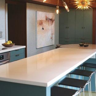 サンフランシスコの中くらいのトランジショナルスタイルのおしゃれなキッチン (一体型シンク、フラットパネル扉のキャビネット、緑のキャビネット、御影石カウンター、緑のキッチンパネル、コンクリートの床、緑の床) の写真