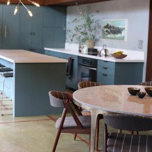 Inspiration för mellanstora klassiska kök, med en integrerad diskho, släta luckor, gröna skåp, granitbänkskiva, grönt stänkskydd, betonggolv, en köksö och grönt golv