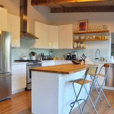 Modern Kitchen by Devi Dutta Architecture